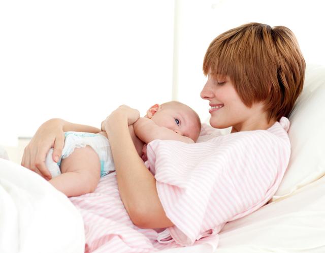 Выпадают волосы после родов: причины и лечение
