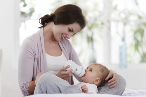 Почему ребенок срыгивает после кормления