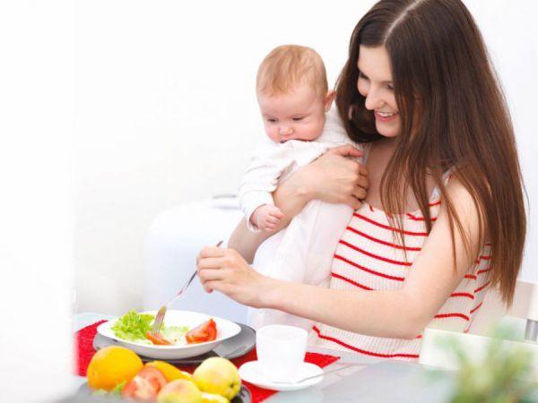 Питание кормящей матери в первый месяц: советы по диете